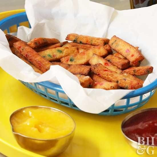 Bring the state fair to your backyard with these recipes that are blue-ribbon worthy! Indulge in tasty little treats like carnival fries, corn dogs, fried pickles and more! These recipes are easy to make in the comfort of your own kitchen! #fairfood #recipes #statefairfood #corndogs