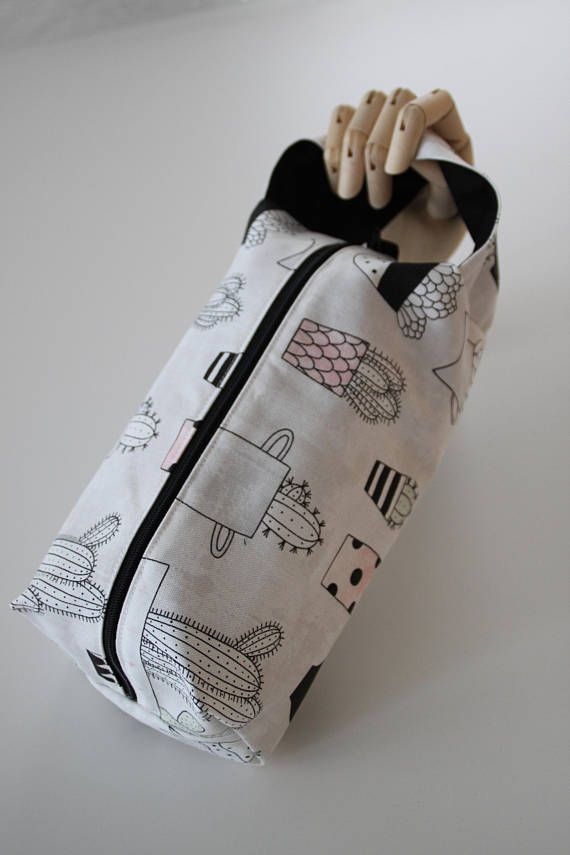 It is big enough for a medium-size project. It has a handle so it easy to take your project with you wherever you go, even when you are standing. It also protects and helps organize your projects.  It has a cactus print outside and a black inside. The zipper is black.  Width : 14 cm