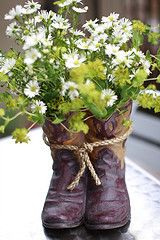 Awesome idea! repourpose cowgirl/boy boots!!! <3 the daises