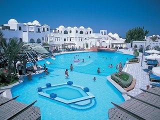 """Egypte Hurghada.  Arabelle Azur Hotel.  Typisch Arabisch dorpje met kronkelige """"straatjes"""" en Moorse stijl. Aan privé zandstrand van  aan de Rode Zee.Het centrum op 2 km."""