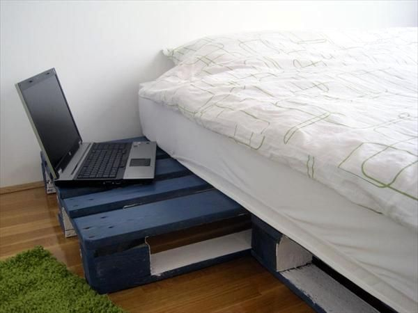 кровать своими руками с ночным столиком из палет