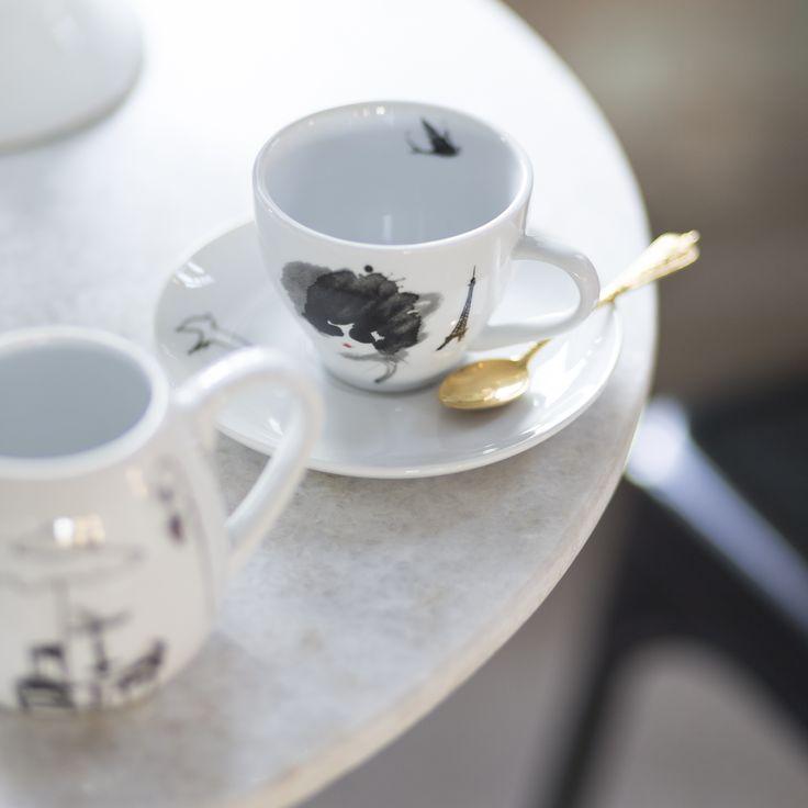 """Hemtex + Lovisa Burfitt. Mindre kopp och fat i porslin framtagen av Hemtex i samarbete med illustratören Lovisa Burfitt. Tillsammans har vi tagit fram """"Paris, please"""" en kollektion som pryds av Lovisas karaktäristiska bilder från hennes drömstad Paris."""