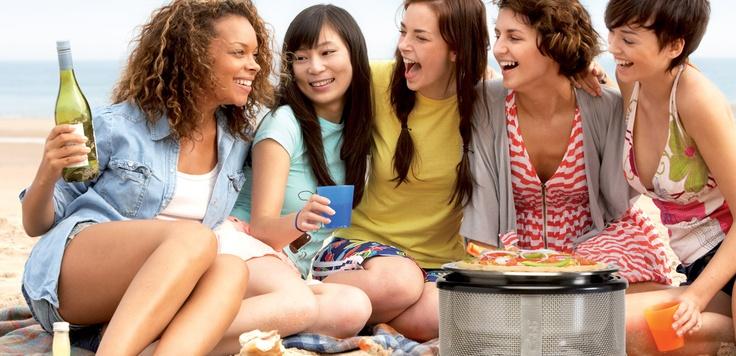 Gezellig met vriendinnen op het strand pizza bakken!
