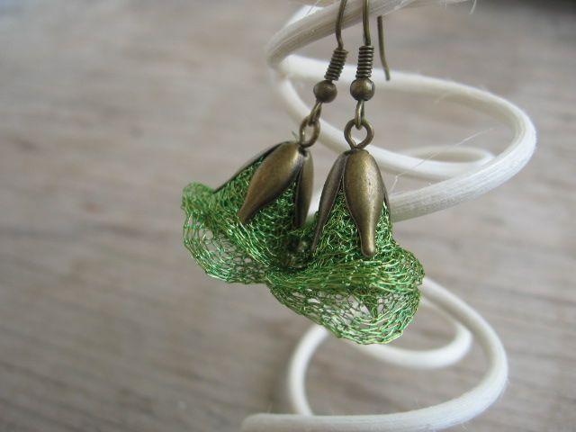 Zvonečky - Lesní Náušnice jsou vyrobeny z drátované stužky a bronzového kaplíku. Jedná se o originální náušnice z novinky na českém trhu - buďte jedineční - mohu vyrobit i v jiných barvách..... délka: 3 cm, šířka 2 - 2,5 cm