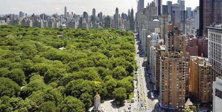 Para algumas das melhores vistas em Nova York, fique hospedado num hotel perto parque mais famoso da cidade.  Central Park, conhecido pelas suas carruagens românticas e quilómetros de caminhos para passear a pé é o maior parque de Manhattan. Este é também um dos principais e mais interessantes endereços, já que os apartamentos e hotéis c