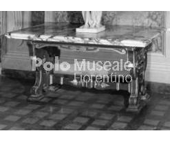 Tavolo della seconda metà del XVII secolo. Durante il settecento furono laccati in bianco. La colorazione marrone e oro fu rifatta dopo il 1911. Simile alla tavola inventario n. 13280.