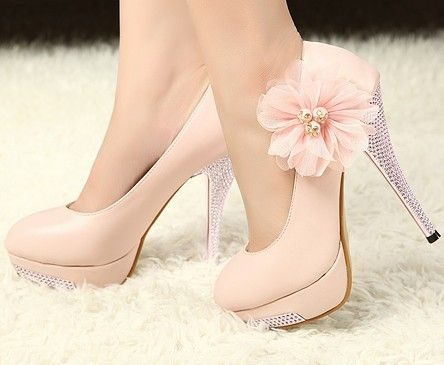 sapato de salto rosa claro com prato no salto e flor