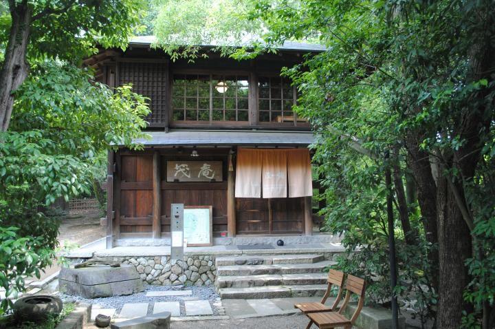 大正時代の茶苑がカフェに。京都・緑の山頂でティータイム|ことりっぷ