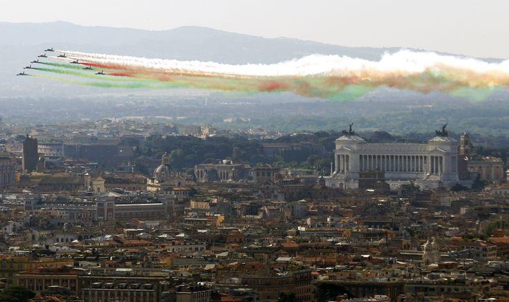 Tim akrobat AU Italia yang mengeluarkan asap berwarna bendera Italia, beraksi di atas Monumen Vittoriano pada perayaan Hari Republik di Roma.