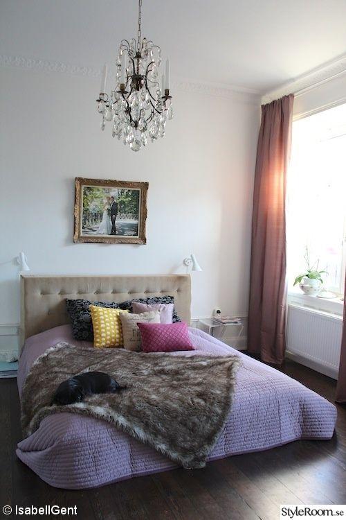Sovrum med lila överkast