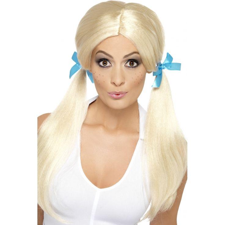 Schoolmeisje pruik met staartjes blond  Dom blondje pruik met blauwe strikjes. Een hoogblonde pruik met 2 lange staartjes waarvan de strikjes eventueel los te halen zijn zodat u het los kan hangen of andere kleur strikjes kunt gebruiken! De pruik is gemaakt van synthetische vezels.  EUR 15.95  Meer informatie