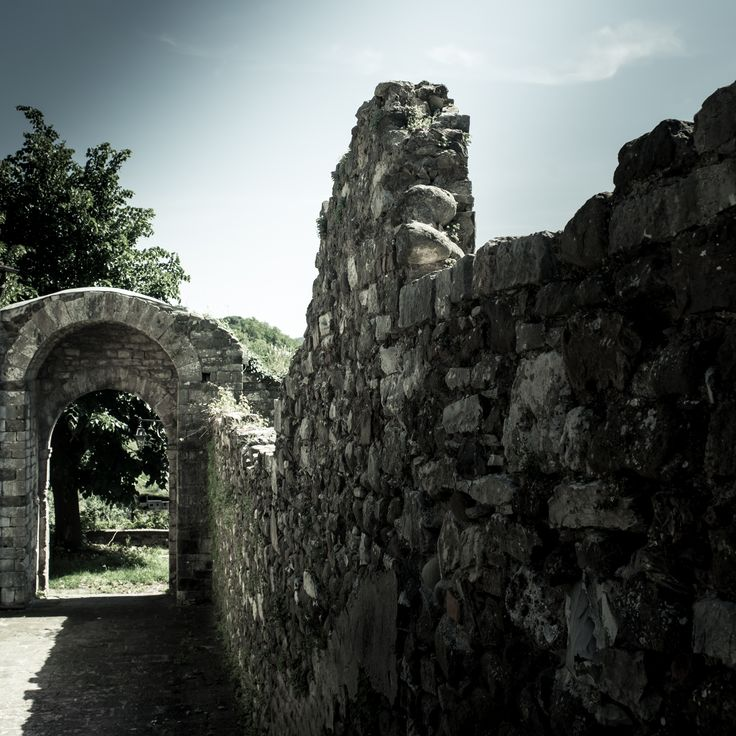 Un bell'esempio di architettura medievale con porta a doppio arco e resti di mura, a margine della Rocca Nuova di Castruccio Castracani del XIV secolo.