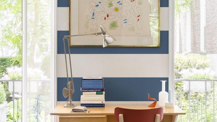Aprendé cómo crear un estudio con temática náutica al pintar una pared de tendencia con franjas atrevidas azules y blancas.