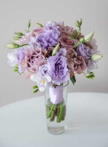 Букет невесты из эустомы, роз и фрезии