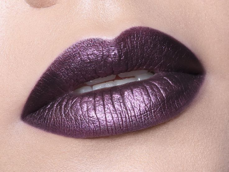 This to die for purple lip is oh-so doable! Apply #ArtistLiquidMatte in 505 as the base then layer on #ArtistMetallicMatte in 501. One coat is enough to get impactful color 🔮 (available in Europe only). #protip use the lip brush 300 to line thin lips or brush 174 for bigger lips 🔮 . .  #makeupforever #motd #makeupinspo #madaboutmatte