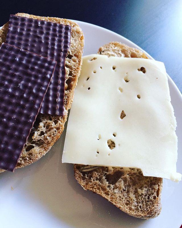En lækker grovbolle med mørk pålægschokolade og cheasy ost der lige er blevet lunet i oven ☕️😋 #breakfast påläggschoklad bullar frallor rågbröd byolsen