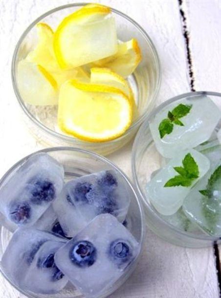 Algumas opções para cubos de gelo são: Fatias de limão siciliano Folhas de hortelã Sementes de romã Pedaços de morango Blueberries