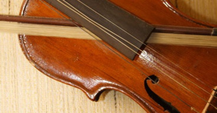 Cómo reparar un arco de violín. Poner el pelo es la reparación más común en un arco de violín. Otras, como una cámara incorrecta (doblada a la mitad de la varilla), grietas en la madera debido a la temperatura o a los cambios de humedad, piezas agrietadas o que faltan del arco deben llevarse a un luthier profesional. Aunque es mejor ir a un luthier para cualquier ...