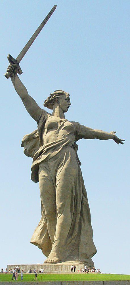 """La llamada de la Madre Patria (""""Родина-мать зовёт"""") es una monumental estatua que se eleva sobre una colina que domina la ciudad industrial rusa de Volgogrado (denominación de Stalingrado a partir de 1961)."""