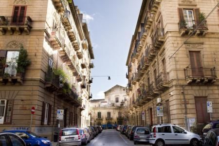 B&B Felice, www.bbfelice.upps.it, Il B&B Felice è situato nel cuore di Palermo a soli pochi passi da Piazza Politeama; è posto al terzo piano di una palazzina in stile liberty dei primi del '900. L'appartamento gode di camere spaziose e luminose, ognuna con bagno privato, arredate nei minimi dettagli e dotate di tutti i comfort.