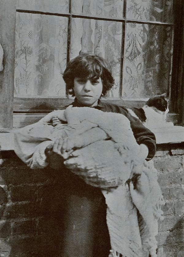 Horace Warner photo of young girl and her baby sibling in Spitalfields (London), 1912