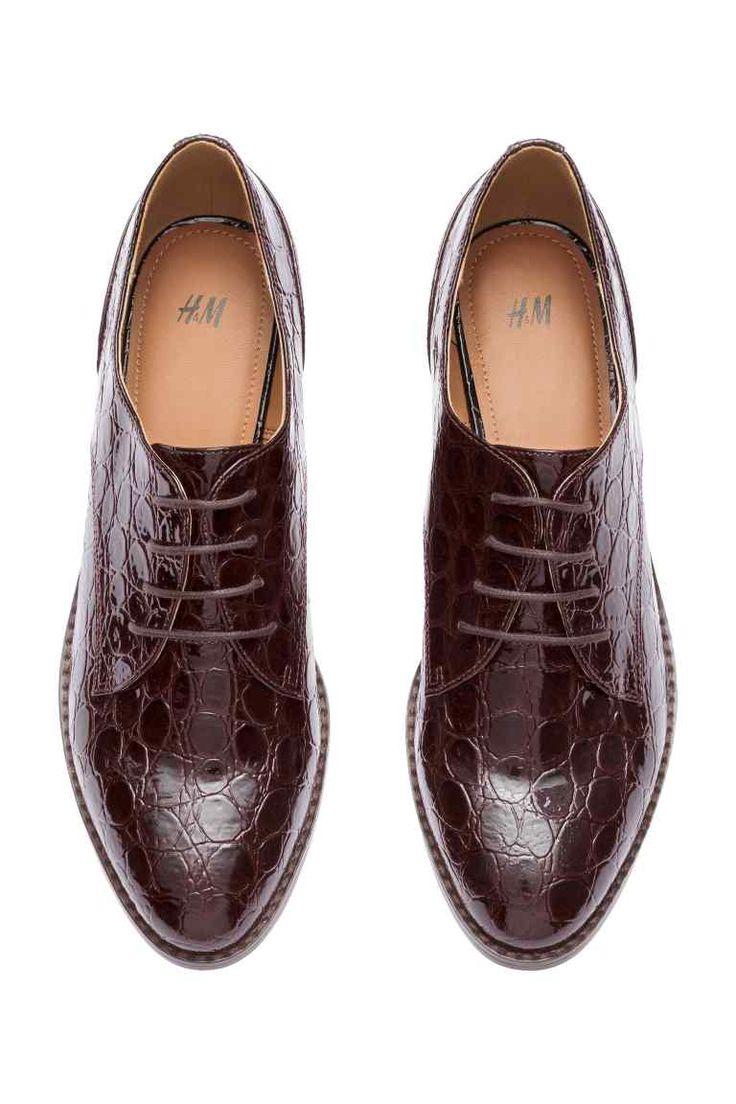 Sapatos de verniz: Sapatos rasos de verniz em pele sintética envernizada com padrão de pele de crocodilo e atacadores. Salto de 5 cm. Solas de borracha.