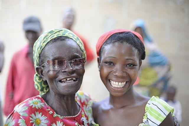 Amina abbraccia sua nipote Atigacras dopo l'operazione di cataratta che le ha restituito la vista.  http://www.sightsavers.it/il_nostro_lavoro/le_persone_che_avete_aiutato/19509.html