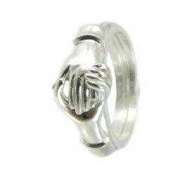 Anello Maninfide. Antico anello di fidanzamento della tradizione sarda. Lo sposo usava regalare l'anello per accompagnare la promessa di matrimonio. In cambio riceveva in dono un coltello in corno di muflone.