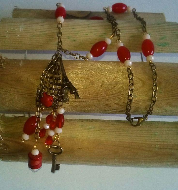 collar artesano de mujer, cuentas rojas ceramicas y nacar de cristal facetado, colgante largo con dijes envejecidos, casual boho, exclusivo de LasHadasArtesanas en Etsy