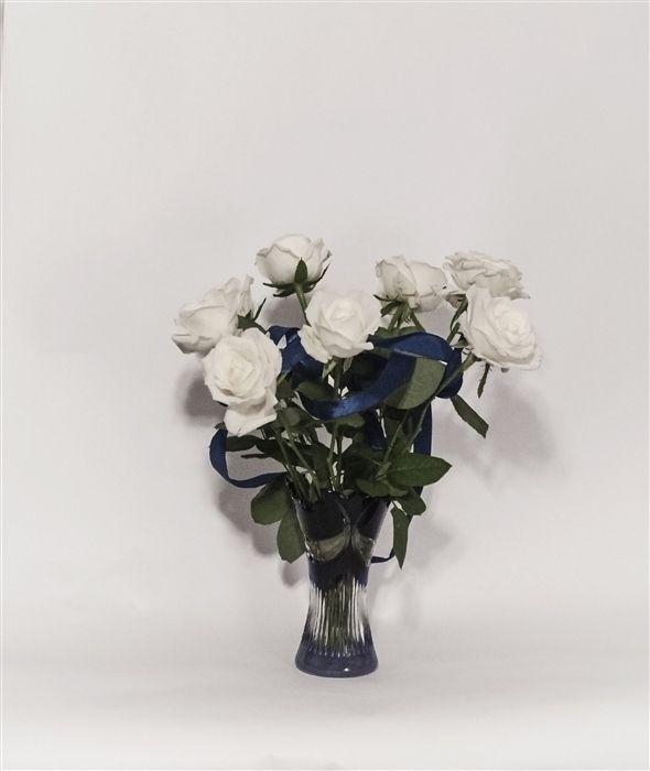 Белые розы,синяя лента