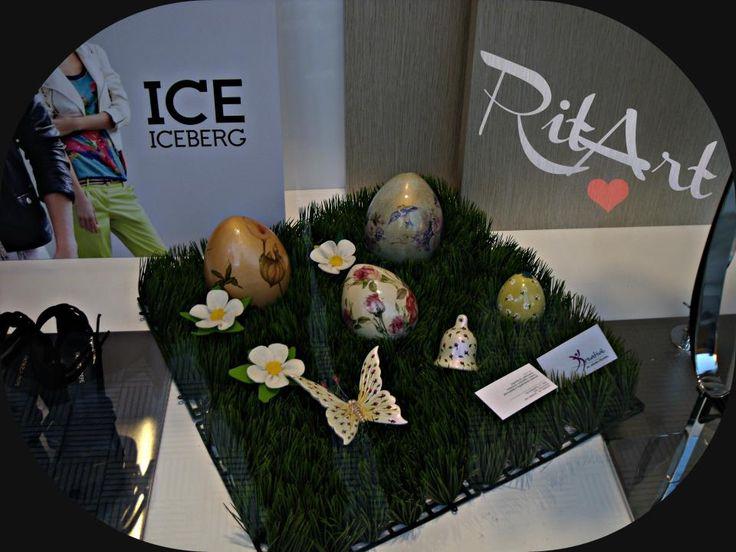 Uova e farfalle di ceramica bianca, dipinte a mano commissionate da un negozio per le festività Pasquali.
