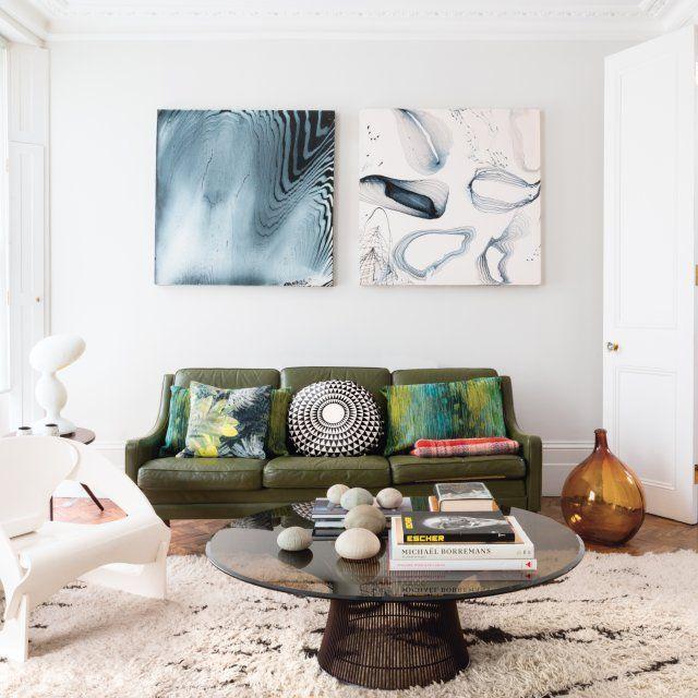 """Le salon, lumineux, a été voulu comme une galerie d'art, avec deux tableaux du peintre et graveur américain Jasper Johns, la chaise """"4801"""" en contreplaqué blanc de Joe Colombo, Kartell, et la table basse de Warren Platner, Knoll, que Graz """"aime comme des sculptures"""""""