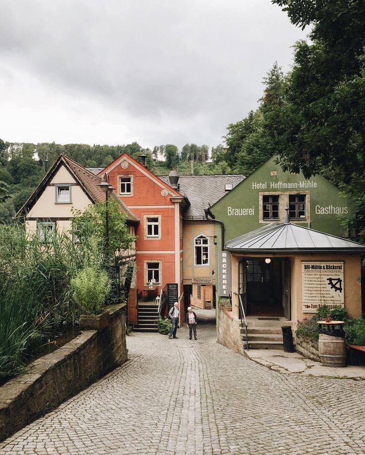 Schmilka - это район курортного города Бад-Шандау в Саксонской Швейцарии. И это настоящий экологический рай. Среди величественной природы в деревенских домиках расположены рестораны с органическими продуктами. В здании напротив варят органическое пиво, и вам с удовольствием покажут процесс его приготовления. В другом домике био-пекарня. Здесь сохранилась водяная мельница, которая перемалывает зерно в пшеничную муку, из которой пекут хрустящий хлеб и булочки в дровяных печах.  Днём можно…