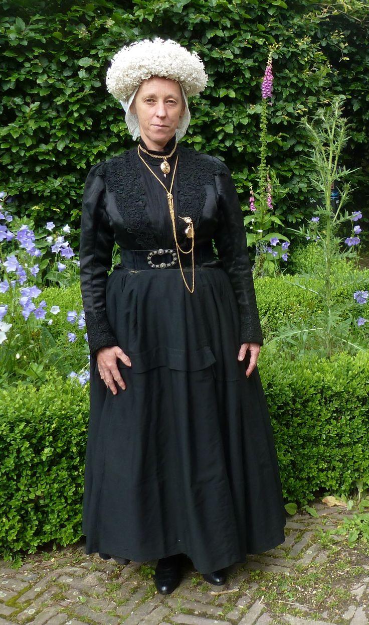 Marja in West-Brabantse dracht met volledige set sieraden.