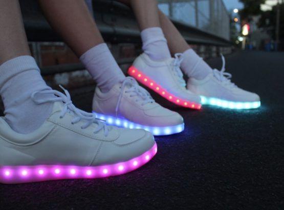 Nous avons caché le secret de l'interrupteur à la place de LED on/off ! Une presse rapide dans la partie supérieure de la chaussure et vous êtes chaussures vont être illuminé de votre nuit.