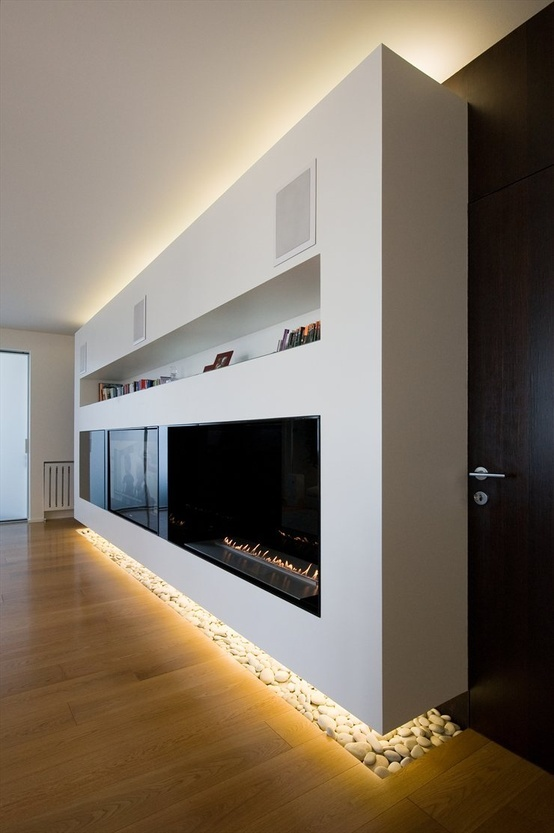 Esta puede ser la bookcase con chimenea sue me gusta con Lighting top and bottom of wall. Que tal?