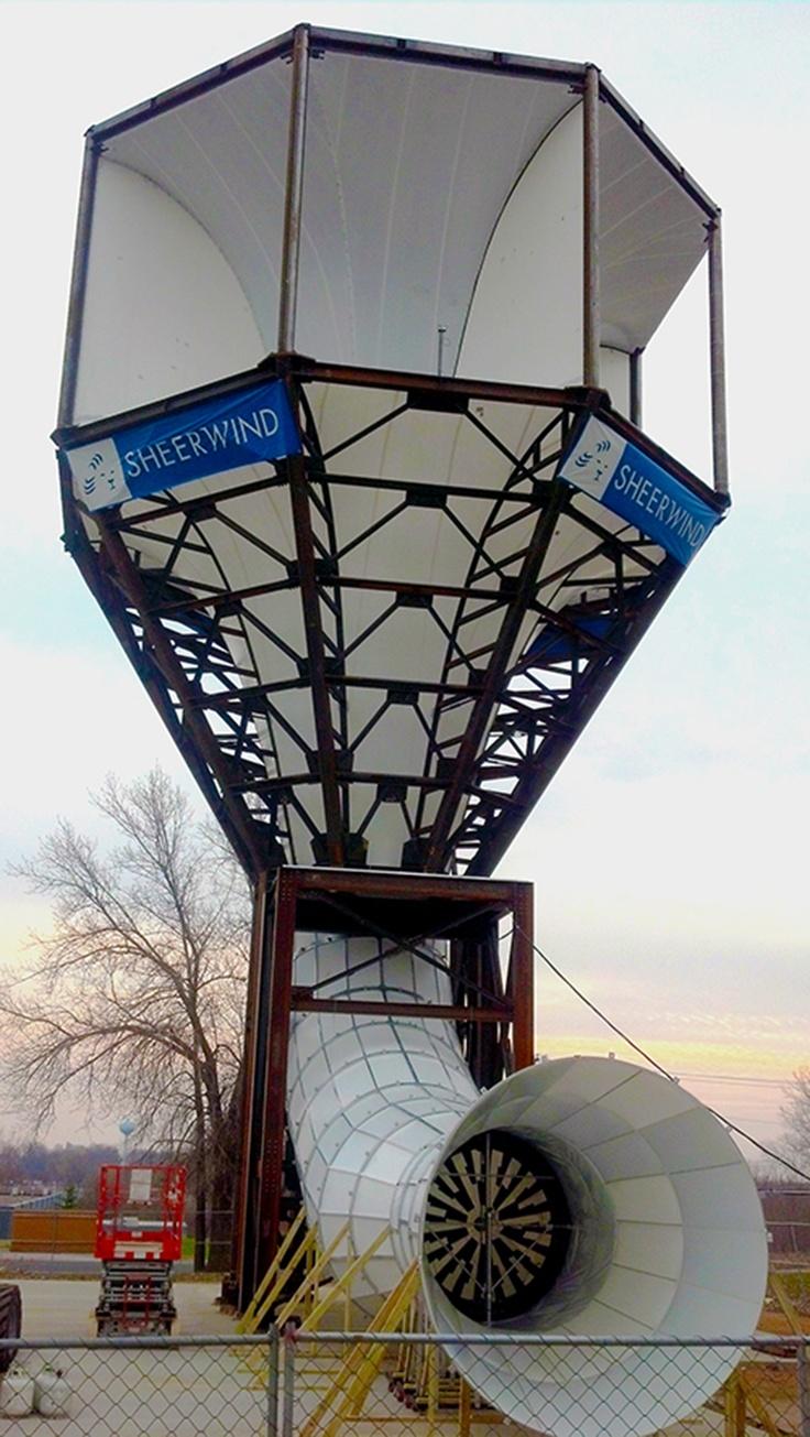 Un aerogenerador que produce un 600% más de energía (acelerando el viento) La empresa norteamericana SheerWind acaba de presentar un nuevo tipo de generador eólico, de nombre INVELOX, capaz de producir un 600% más de energía que las turbinas actuales.  El novedoso diseño utiliza embudos para capturar el viento y dirigirlo hasta una turbina situada en el suelo.  El viento entra por un embudo y según se va estrechando éste aumenta su velocidad hasta el punto en que es turbinado.