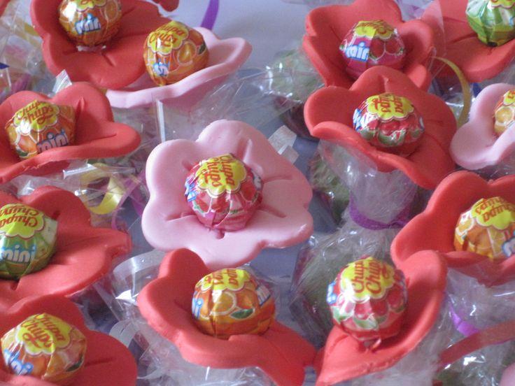 Mini cupcake met lollie en bloem van fondant