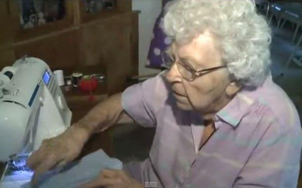 Η 99χρονη γιαγιά που ράβει κάθε μέρα ένα φόρεμα για τα παιδιά στην Αφρική (βίντεο)