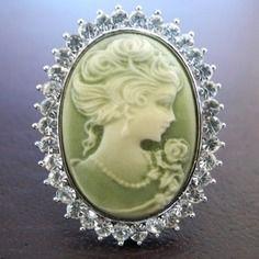 Bague camée  swarovski cristal vert pâle en résine  rhodiée