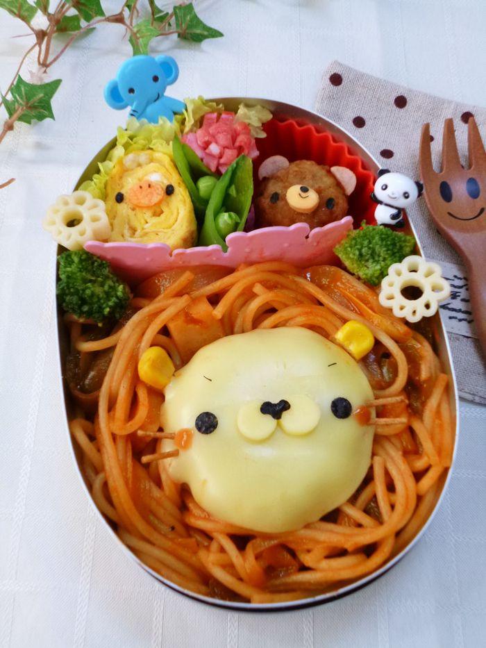 Eriko's pasta bento. One of our TOP 20 Finalists. Japan.  今回は私が母に作ってあげました。  甘めに味付けたナポリタンでライオンさんのたてがみ、 こんがり焼いたハンバーグにとろけるチーズを乗せて、コーン、海苔、ケチャップでデコレーションしました。 ヒゲは揚げパスタを使用。 その他、ミートボールとポークビッツで作ったクマさんのパーツの固定に乾燥パスタ、白いお花は茹でたマカロニを使用しています。