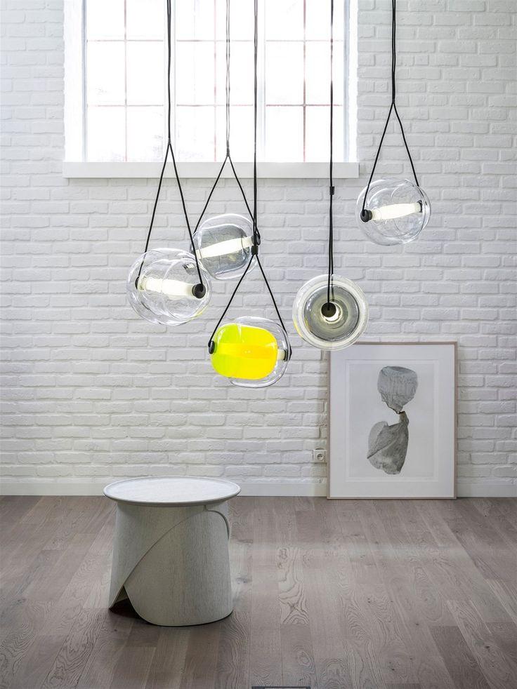 Capsula je rafinované svítidlo svěžího designu připomínající rostlinnou buňku či semínko. Svítidlo se skládá ze tří skleněných součástí. Vnější obal objímá vnitřní část stínidla, Brokisem vyvinutý tubulární LED zdroj z triplex-opálové skloviny celé stínidlo protíná a vytváří jeho pomyslnou osu. Vrstvením a vzájemným překrýváním skel vznikají vzrušující 3D optické efekty.
