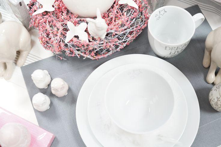 Tisch Deko Set mit Tasse, Sschüssel und Teller.