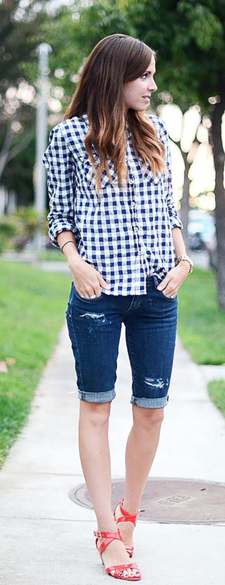 """Todo mundo fica de olho no que Gigi Hadid anda vestindo e quais são as tendências preferidas da top para a primavera verão 2017, né meninas? E esta semana ela nos pegou de surpresa com um look todo grunge com camisa longa xadrez, regata podrinha e… bermuda jeans! O modelo da Gigi é aquele mais … Continue lendo """"Bermuda Jeans… O retorno?"""""""