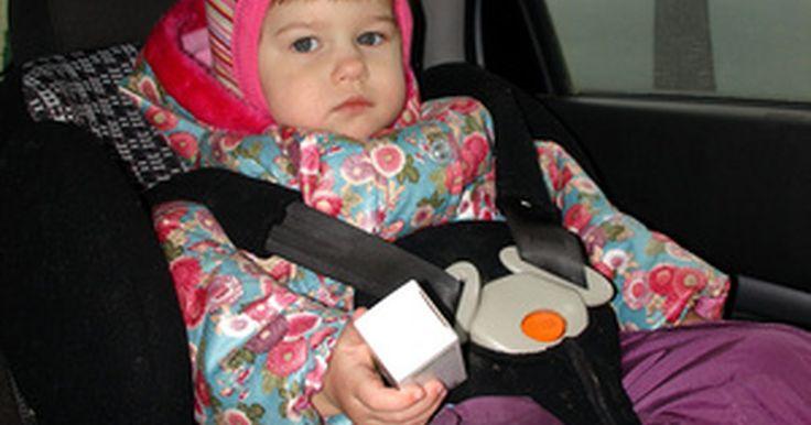Como instalar assentos de carro Evenflo. Os assentos de carro Evenflo são projetados para o transporte de crianças da forma mas segura possível em um veículo. Os assentos são projetados em duas partes, uma unidade de base que se prende ao banco de trás do carro com tiras transversais e ao cinto do veículo, e um assento acolchoado com um cinto de segurança cruzado de bloqueio para segurar ...