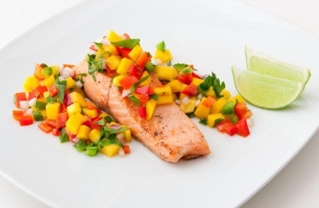 Recette facile de saumon rôti et salsa à la mangue!