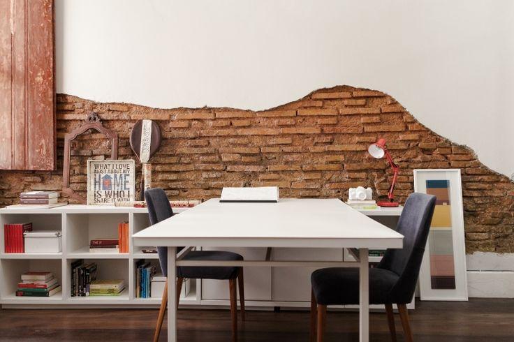 Uma mesa antiga ganhou novo tampo em marcenaria branca. O escritório tem estilo rústico, reforçado por tijolos a vista (originais da construção, com 100 anos). O reboco das paredes, muito velho e um pouco umedecido, estava deteriorado. Nos pontos que não podia ser repintada, a camada foi descascada e os tijolos apareceram. Agora, um verniz brilhante protege a parede contra a umidade e a ação do tempo no Sobrado 505, com reforma capitaneada pelo Studio UM