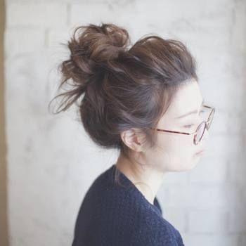 今までおだんごヘアーといえば、頭のてっぺんに大き目のおだんごを作る人が多かったのですが、最近はファッションやコーディネート、メイクに合わせて小さめ、長め、ふわふわ、ローおだんご…など、いろんなシルエットのおだんごヘアーで楽しんでいるオシャレさんをよく見かけます。