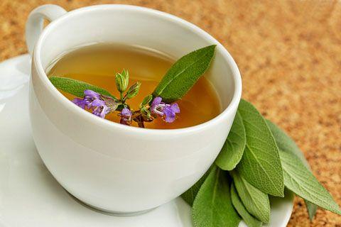 Dieser Tee hilft gegen Schwitzen - Folgende Teemischungen wirken. www.ihr-wellness-magazin.de