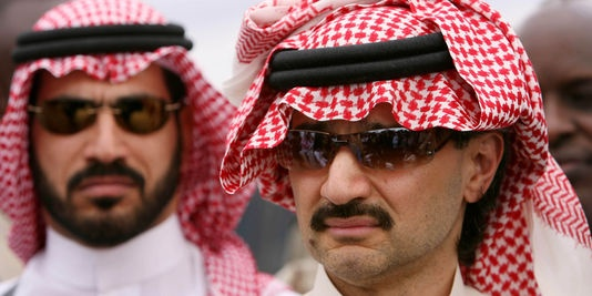Le prince saoudien Al-Walid bin Talal, au premier plan, le 6 juin 2006 au Kénya. | REUTERS/© POOL New / Reuters